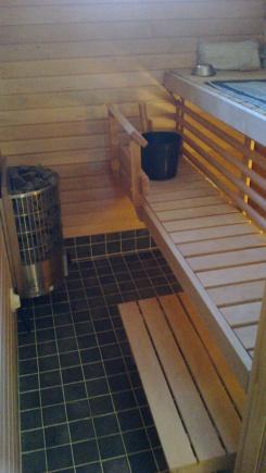 Uuden saunan käyttöturvallisuutta ja viihtyvyyttä lisättiin asentamalla lauteiden väliin puinen säleikkö.